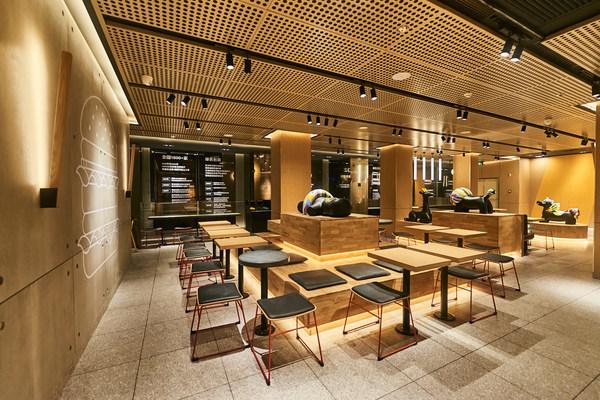 温州解放街餐厅首次使用100%光伏板供能的感光遮阳屏风,使用回收塑料瓶制成