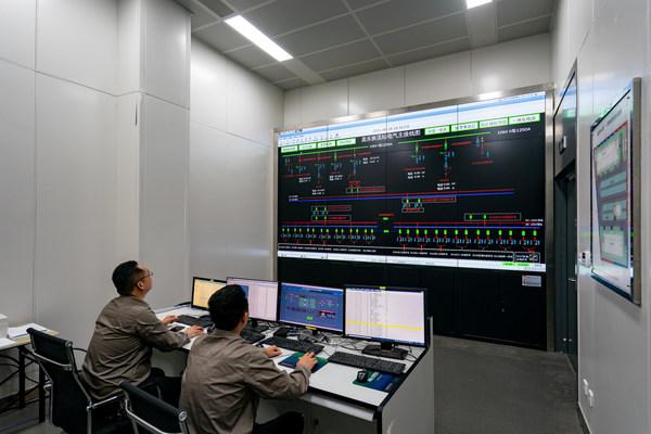 6月29日,國網蘇州供電公司工作人員在龐東中心站的控制大廳,對該站1號換流閥進行送電啟動。