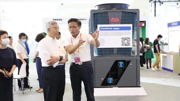 中国工程院院士倪光南参观首展中的同方展位