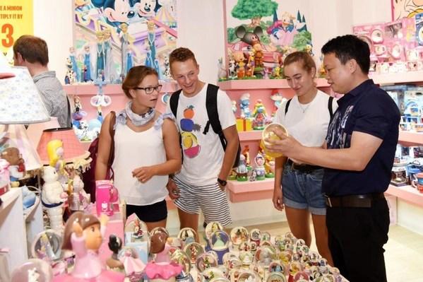照片显示外国商人在中国东南部福建省泉州市德化县参观中国陶瓷。