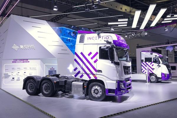 2021世界人工智能大会,嬴彻科技展示最新两款自动驾驶重卡量产车型
