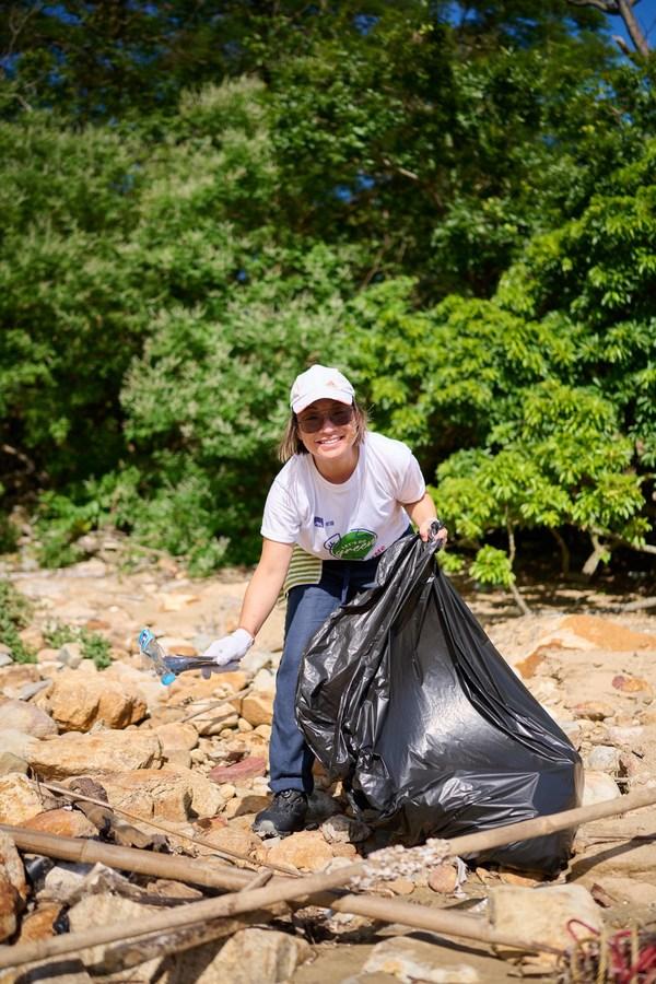 AXA安盛行政總裁尹玄慧在石壁東灣清理各式各樣的海灘垃圾,身體力行呼籲大眾在生活上作出行為改變,共同實行源頭減廢。