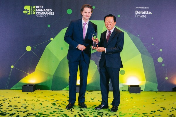 LUXASIA董事長Patrick Chong先生和集團首席執行官Wolfgang Baier博士領取德勤頒發的新加坡卓越管理公司獎