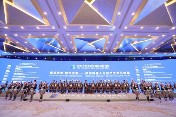 Penghibur menyanyikan lagu agung daripada lagu etnik Dong di majlis perasmian EFG 2021.