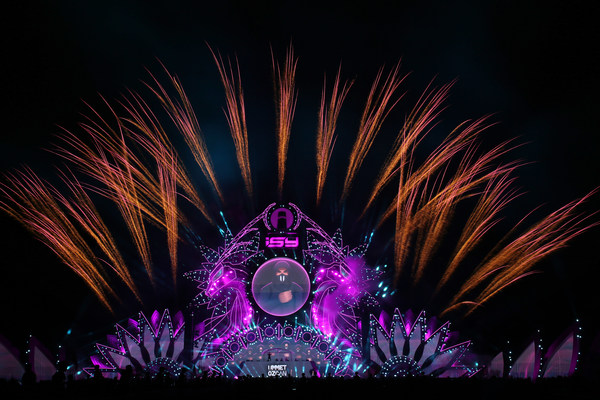 Photo shows Liuyang creative fireworks debut at the ISY Music Festival held in Sanya of south China's Hainan Province. (Photo by the Publicity Department of Liuyang Municipal Committee of the Communist Party of China)