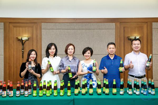 中国调味品协会常务副会长兼秘书长白燕(左三)与李锦记团队共同为2021年全国调味品行业食品安全工作座谈会点赞