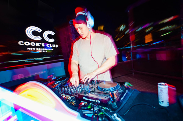 """Cook's Club""""白色浪潮电音派对""""DJ表演现场"""