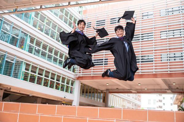 耀中應屆畢業生2021年IB考試再創佳績,兩名學生考獲45分滿分成為狀元