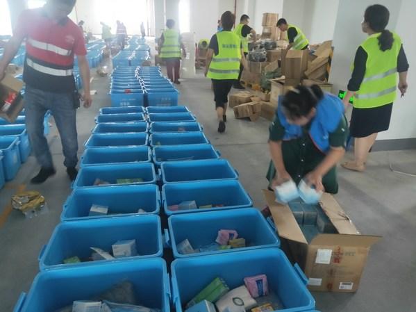7月21日,壹基金西安仓库救灾物资分装现场