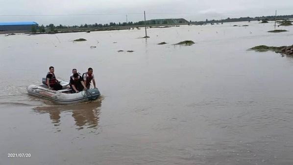 2021年7月20日16点10分,壹基金紧急救援项目-郏县应急救援协会前往东、西关庄交界处汝河段,解救河中被困人员。