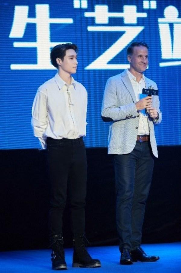 百龄坛Ballantine's 全球品牌代言人张艺兴和保乐力加中国市场副总裁宋诺彦先生合影