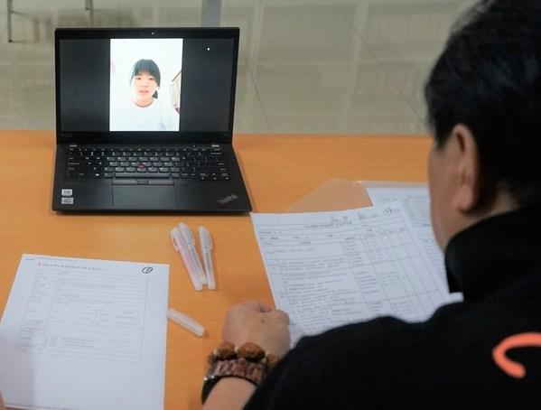 赵姻娇通过线上视频,向李锦记希望厨师项目组介绍自己的情况