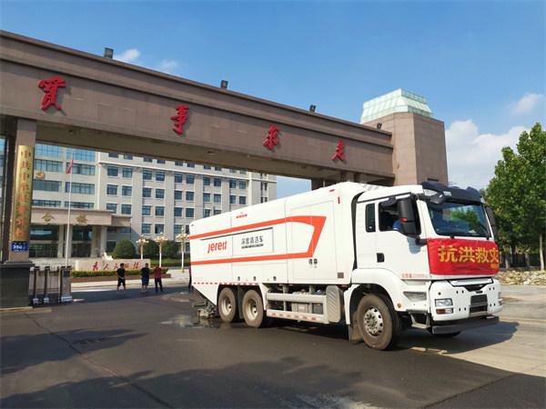 杰瑞深度清洁车在河南郑州进行淤泥清理