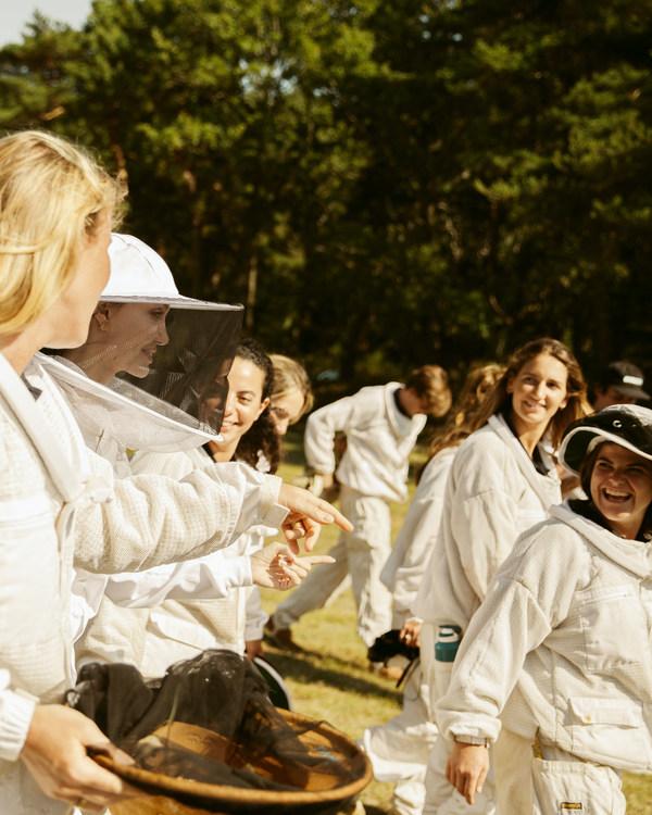 ゲラン×ユネスコ「Women for Bees」プログラムの女性卒業生第1グループにアンジェリーナ・ジョリーが合流