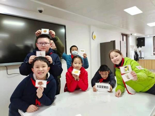 雀巢健康儿童项目校学生在上营养课