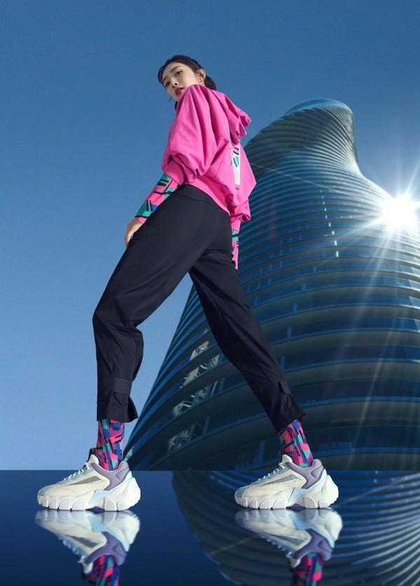 FILA时尚运动代言人江疏影演绎FILA SMAHSER鲨鱼鞋