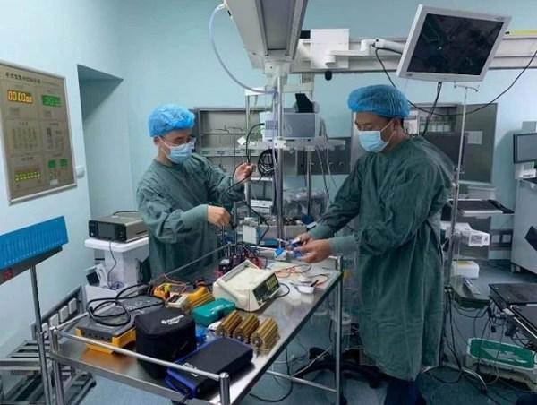 工程师连夜对院内90多台手术室使用的电外科设备进行检查与维修
