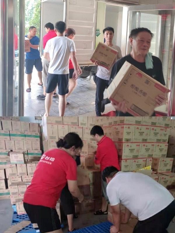 李锦记向受灾地区捐赠酱料的搬运与分发现场