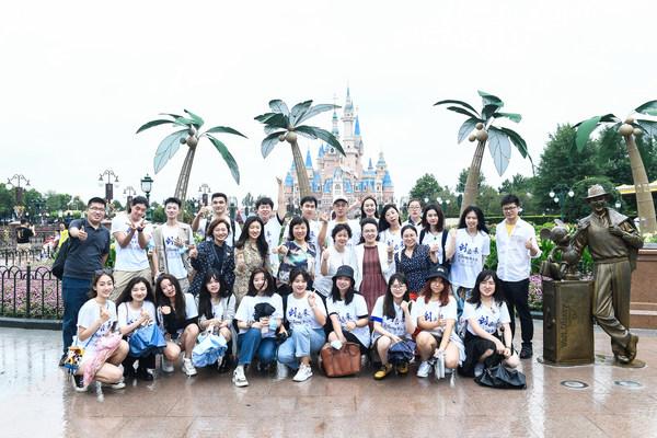"""""""创未来—华特迪士尼奖学金项目""""获奖学生游览上海迪士尼乐园"""