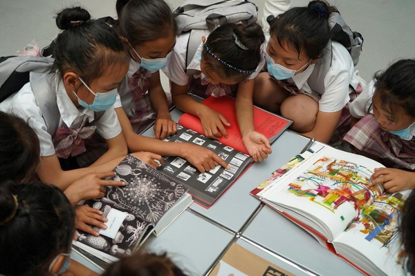 春蕾女童正在阅读博物馆的艺术书籍