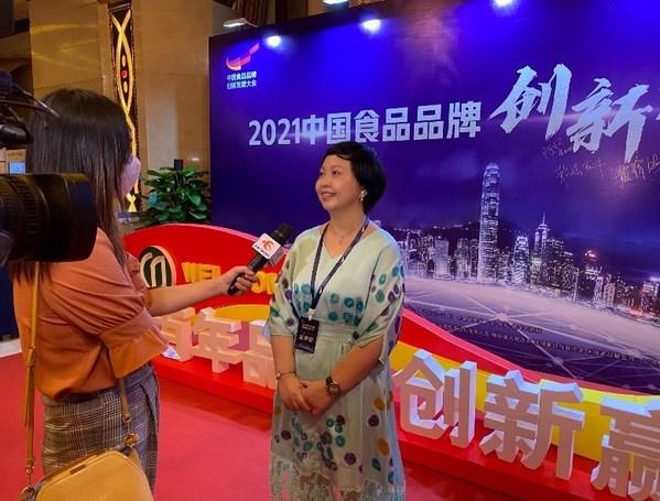 赖洁珊总监在大会现场向媒体介绍李锦记的参展情况