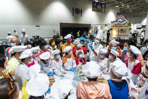 """儿童在""""中银Smart Kids呈献:小厨神工作坊""""(上) 学习制作杯子蛋糕,并参与游戏玩乐 (下)。"""