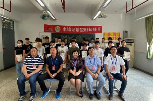 李锦记企业事务总监赖洁珊女士(前排左三)与今年参加广州站面试的学生合影