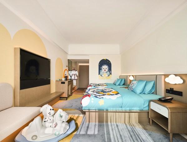 在親子客房里,momo是陪伴小小客人們探索浩瀚宇宙的領航員。