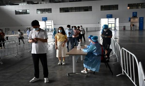空港国博团队有序排队接受核酸检测