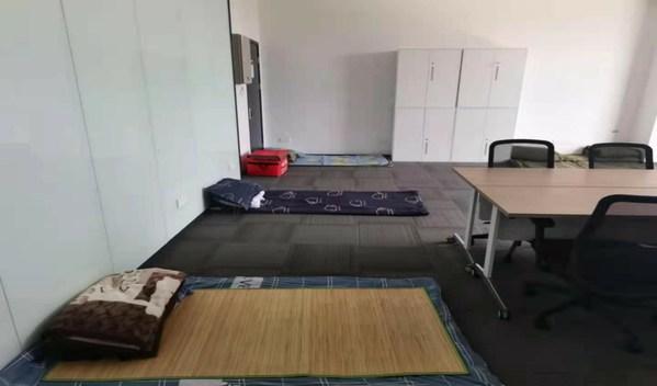 空港国博,地铺、行军床铺满会议室