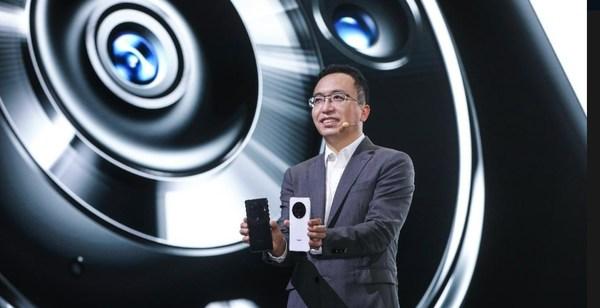 Giám đốc điều hành của HONOR George Zhao với chiếc điện thoại thông minh chủ chốt mới thuộc dòng HONOR.