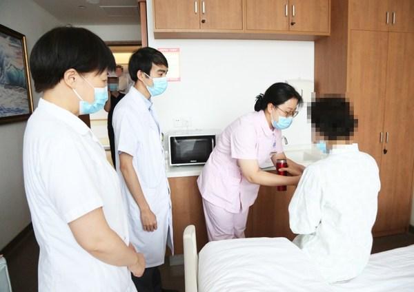 博鳌恒大国际医院医护人员将武田肺癌新药布格替尼片送至病房