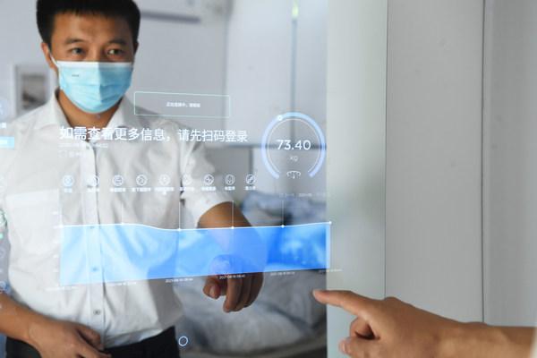 一位參觀者在重慶禮嘉智慧公園體驗智能健康檢測。8月23日開幕的2021年智博會在這裡設立了「健康的一天」體驗館。攝影/中新社記者陳超