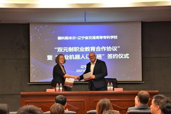 德科斯米尔亚洲区人力资源高级总监Michael Ivan与辽宁省交通高等专科学校副校长徐雅娜女士完成签约