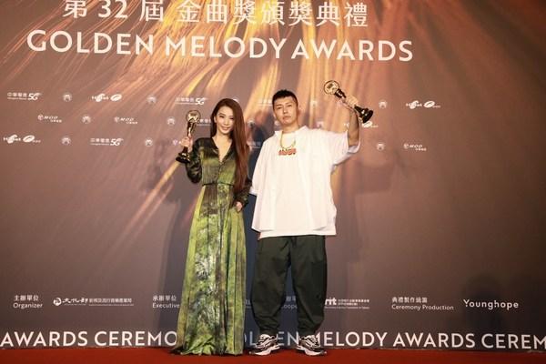 https://mma.prnasia.com/media2/1602746/soft_lipa__right__won_best_male_singer__mandarin__hebe_tien.jpg?p=medium600