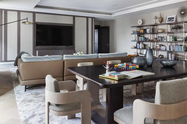 出于增加居家娱乐时间的考虑,Lawson Robb还在套房中心位置创造了一处非正式的多功能厨房起居空间,用于晚宴聚会、游戏之夜或日常休闲