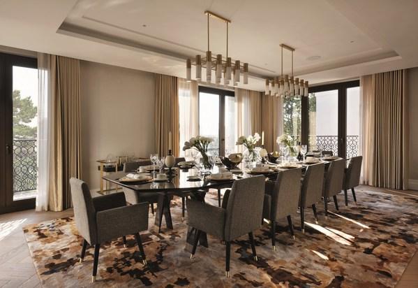 餐厅六边形的餐桌下摆放着一块定制地毯,上面镶嵌着青铜色的彩色玻璃,为客人的就餐体验增添了一份艺术鉴赏氛围