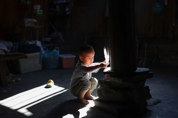 当地玩耍的孩子,随手捡到的羽毛也是他们的玩具(图/田卫涛摄)