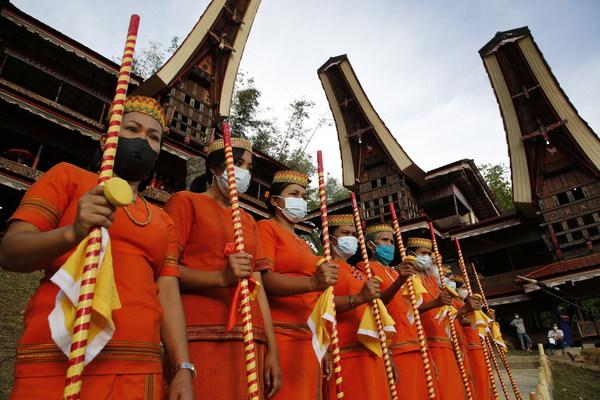 Tarian tradisional Ma'dandan ditampilkan oleh wanita Toraja dalam TIF 2021.