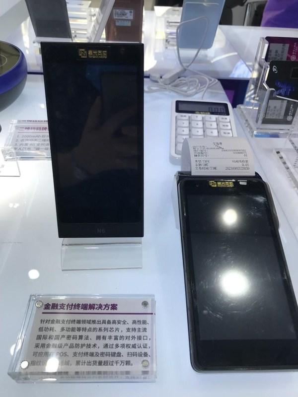 搭载紫光国微芯片的新国都智能支付终端(从左到右依次为N6与N3)