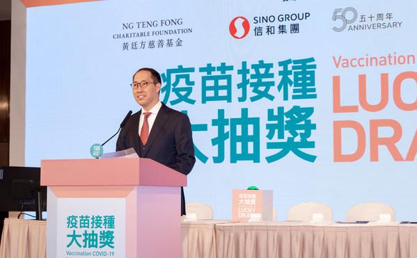 黃廷方慈善基金董事黃永光先生恭喜得獎者,並感謝香港市民熱烈支持