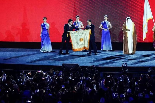 """Hangzhou receives the flag at the closing ceremony of the Asian Games in Jakarta, the Asian Games officially entering the """"Hangzhou time""""."""