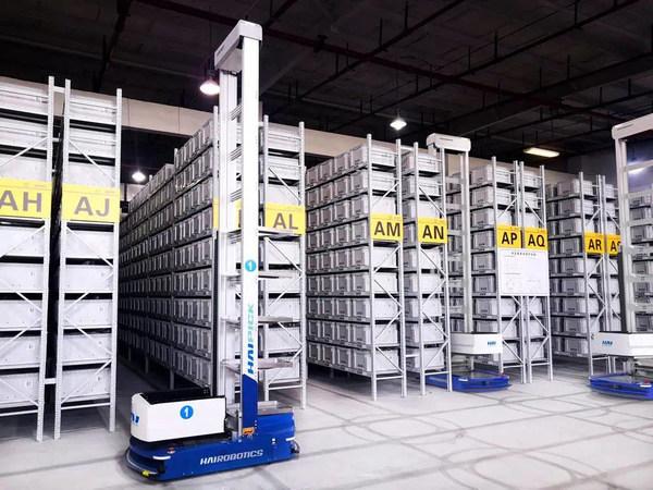 倉庫で稼働中のHAIPICKロボット