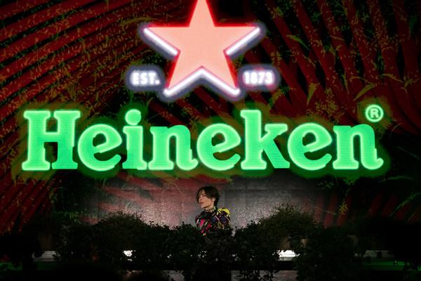 Nina Kraviz đã khởi động giải đua Công thức 1 Heineken Gran Premio d'Italia 2021 vào cuối tuần đầy hoành tráng với màn trình diễn gây chú ý tại Heineken® Greener Bar ở Milan