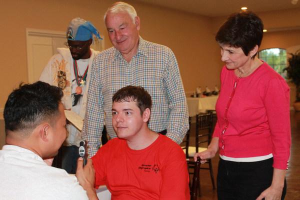 Paychex 創始人、慈善家和智障兒子之父 Tom Golisano 向特殊奧運會捐款 3,000 萬美元,為全球智障人士擴展亟需的健康服務。Tom Golisano 與 Golisano Foundation 執行董事 Ann Costello 在疫情爆發前的一項活動中進行眼科篩查。