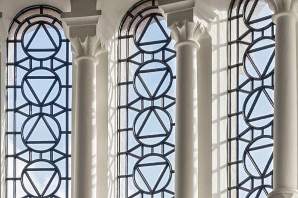 由英国培育师Philip Harkness特别培育的切尔西豪宅玫瑰(Chelsea Barracks Rose),其灵感来自附近加里森教堂(Garrison Chapel)的玫瑰窗
