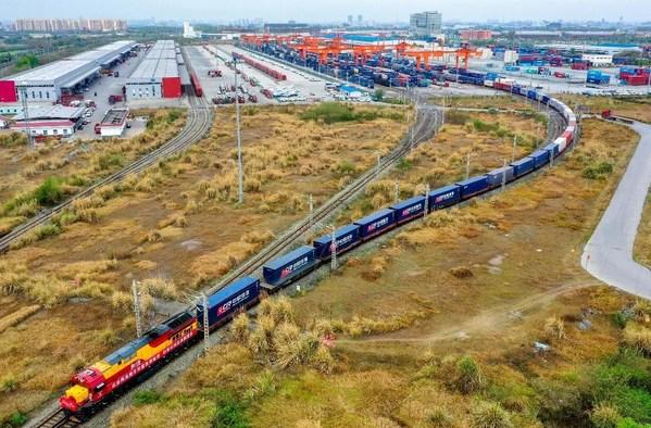 China-Europe (Chengdu) Railway Express貨物列車が欧州に向け成都国際鉄道港を出発