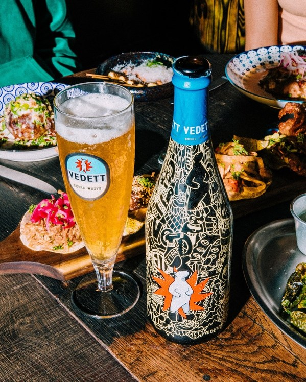 VEDETT超级白熊啤酒酒瓶和杯子图