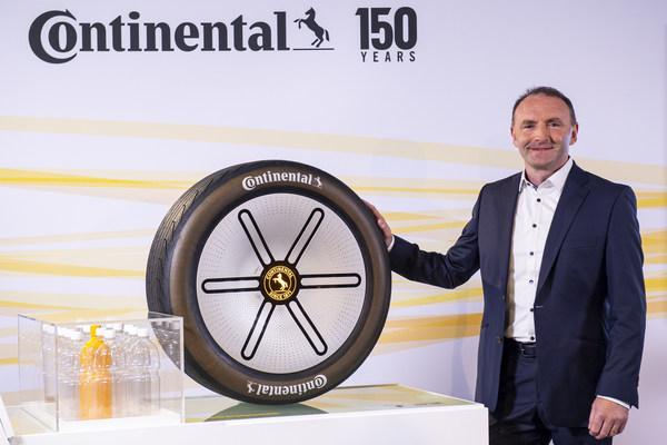 德国马牌全球轿车及轻卡车胎原装配套业务负责人David O'Donnell展示Conti GreenConcept绿色概念轮胎