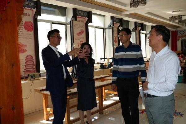德科斯米尔中国区高级销售总监刘峰与校方共同探讨教育的未来发展